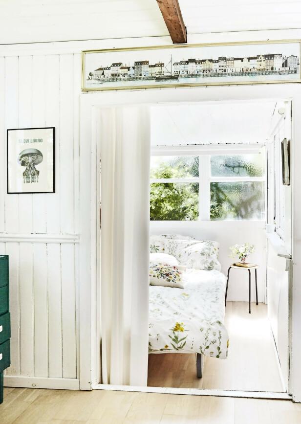 Huset er lite, men har store vinduer som gir god romfølelse. Tips! Understrek kolonihagestilen med sengetøy med botanisk print. FOTO: Stylesystemet