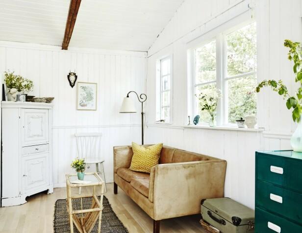 De fleste møblene sto her da paret overtok huset. Både sofaen, stålampen og hjørneskapet er arvet av de tidligere eierne. FOTO: Stylesystemet