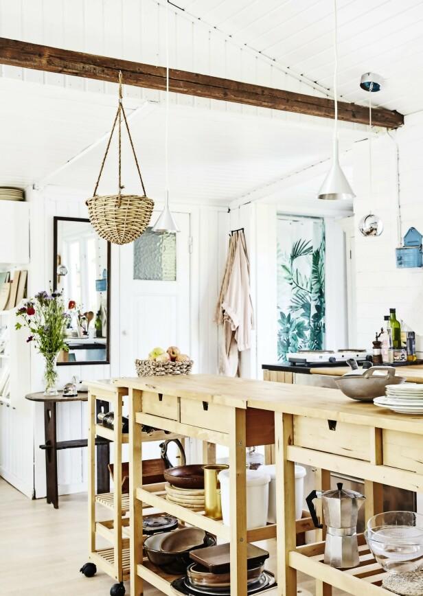 Kjøkkenet er ikke så stort, så derfor har de valgt bord med hjul som gjør dem enkle å flytte rundt på. Bordene skyves til siden når kjøkkenet ikke er i bruk, så får de mer gulvplass. FOTO: Stylesystemet