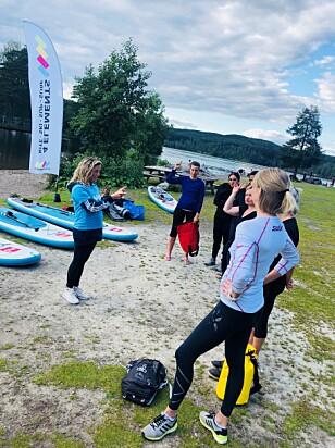 FORBEREDELSER: I forkant av økten forteller yoga-instruktør Marianne Solberg Follestad om hvordan SUP-brettet fungerer. FOTO: Malini Gaare Bjørnstad