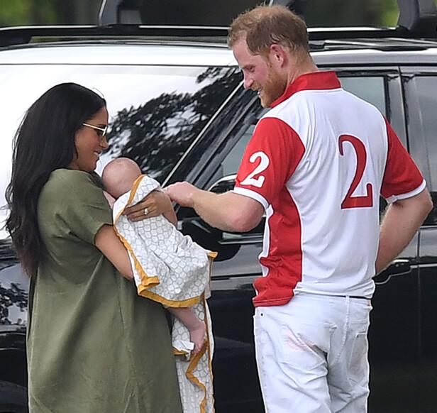 FAMILILYKKE: Det er aller første gang at prins Harry har hatt kone og barn på sidelinjen under den tradisjonsrike polokampen i Berkshire. Det må uten tvil ha vært et stort øyeblikk for ham. FOTO: NTB Scanpix