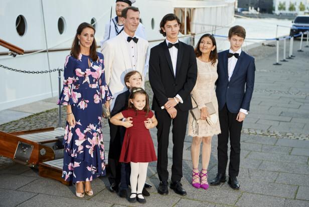 NÆRE FAMILIEBÅND: Til tross for at prins Joachim og grevinne Alexandra er skilt, har de behold vennskapet for sønnene prins Nikolai og Felix' skyld. Her fra da de feiret prins Nikolais 18-årsdag på kongeskipet Danneborg i august 2017. Prins Joachims nye kone prinsesse Marie, og barna prins Henrik og prinsesse Athena, var selvskrevne gjester. FOTO: NTB Scanpix