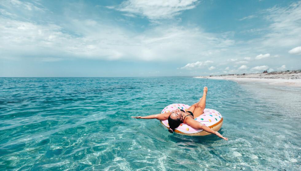 STRANDLIV: Etter en herlig dag på stranden kan man merke at man faktisk er mer sliten enn det man var i utgangspunktet. Det er gode grunner for dette. FOTO: NTB Scanpix
