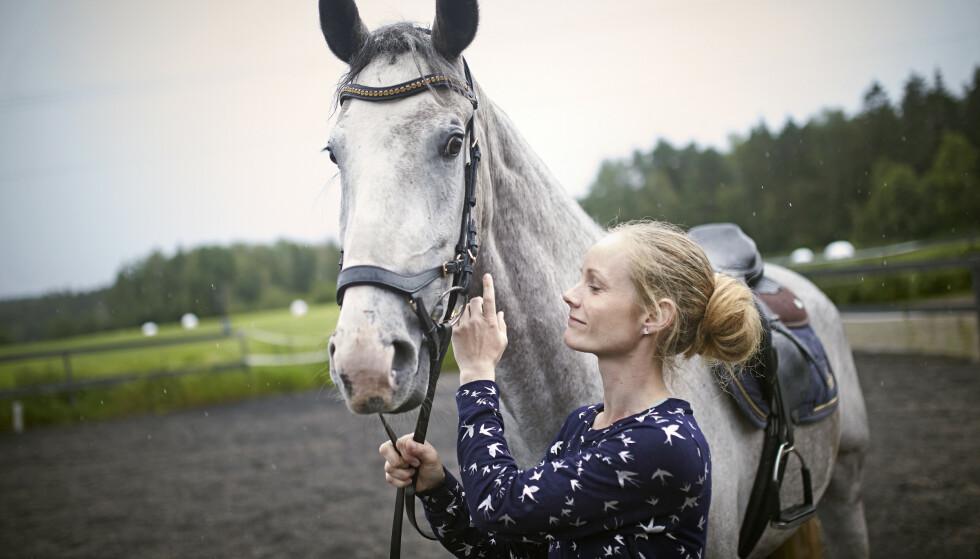 TERAPI: Sandra Victoria brukte mye tid på hester i oppveksten, og den interessen har hun også beholdt i voksen alder. FOTO: Geir Dokken