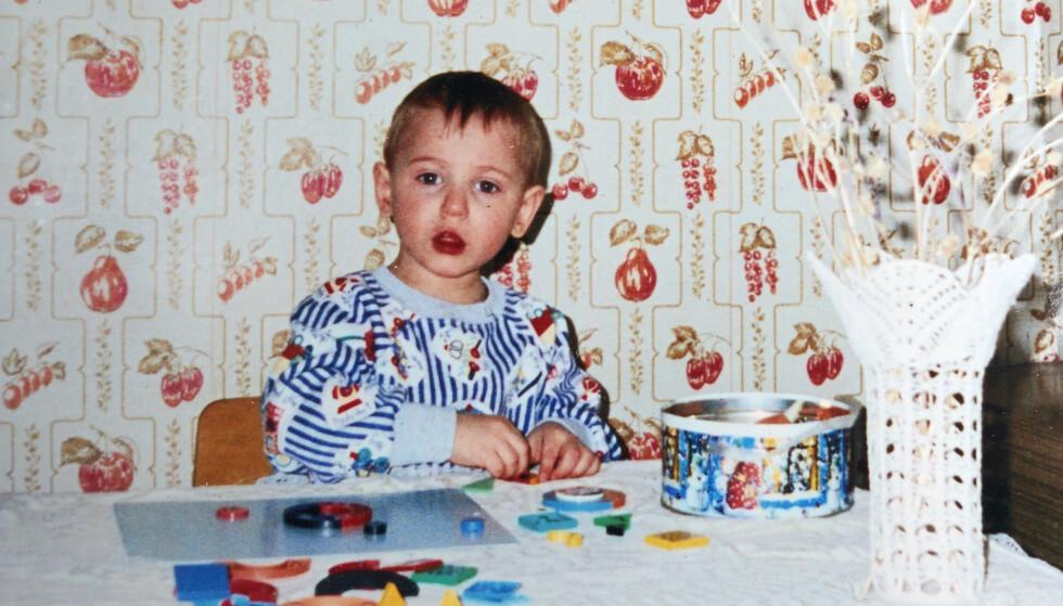 INNRAMMET: Bildet av den smilende fireåringen Aleksej, som familien fikk ved tildelingen i 1998, er innrammet og skal etter hvert få en sentral plass blant de andre familiebildene i stua. FOTO: Privat