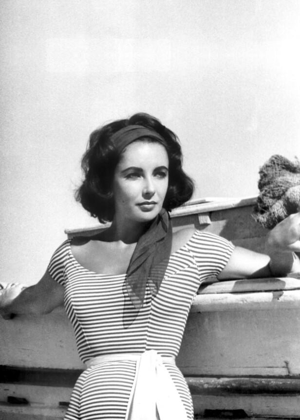 Et ensfarget hårbånd setter spiss på den enkle stilen til Elizabeth Taylor. FOTO: Scanpix
