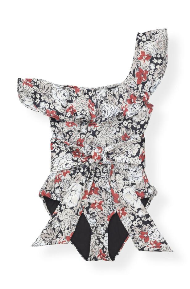 Sjarmalarm! Badedrakt med knytebelte (kr 1700, Ganni). FOTO: Produsenten