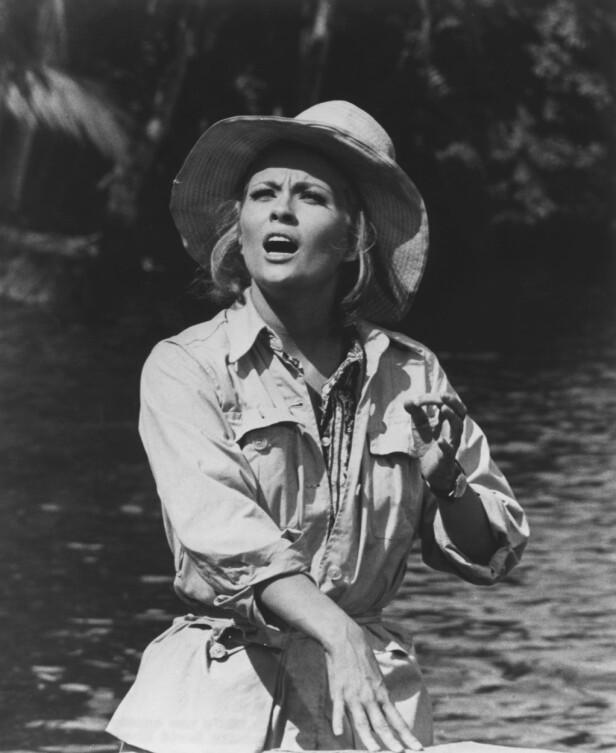 Skuespiller Faye Dunaway med en stor stråhatt og skjorte med lommer. FOTO: Scanpix