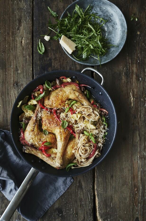 Kyllingpannen er en alt-i-et-rett som er innbydende å servere på fredag kveld. FOTO: Winne Methman