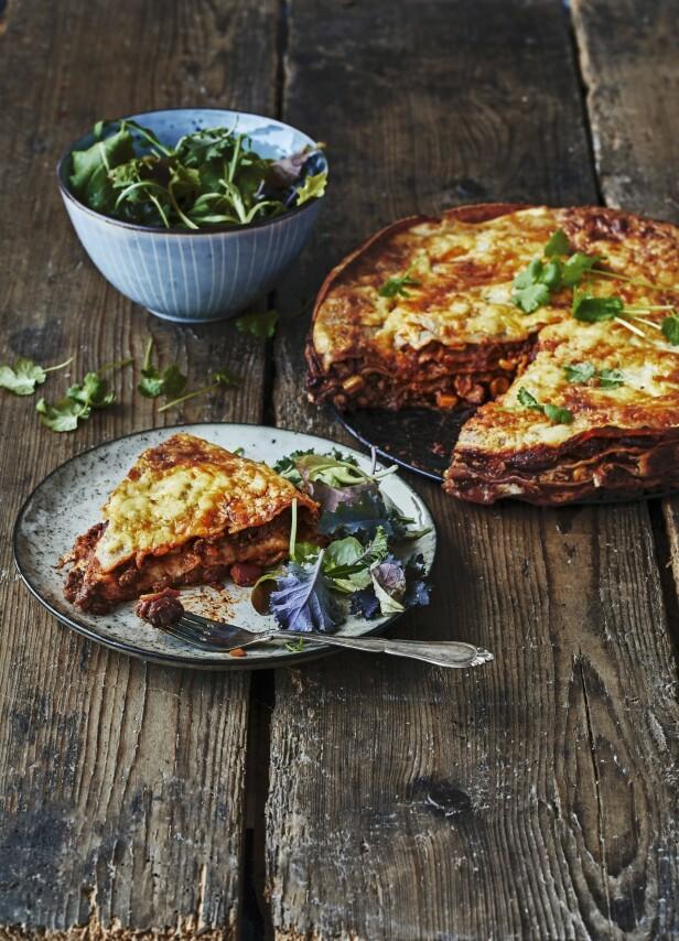 I denne lekre lasagnen forenes det meksikanske og det italienske kjøkkenet på beste måte. Tips! I stedet for lasagneplater er det her brukt tortillalefser, som har samme størrelse som formen.  FOTO: Winne Methmann