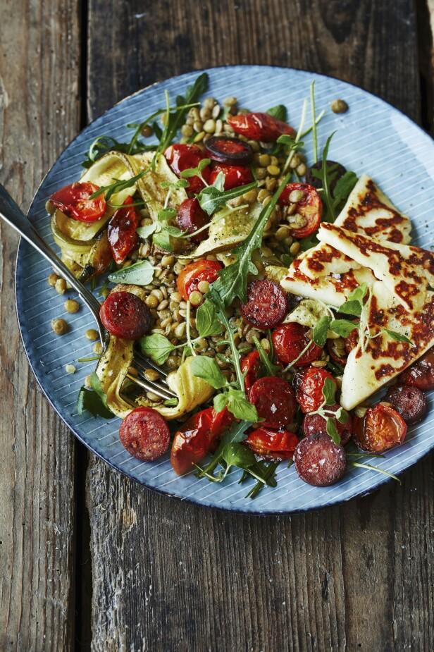 Denne fyldige salaten har masse smak og er deilig mettende takket være de grønne linsene. FOTO: Winne Methmann