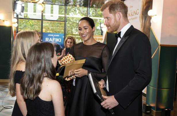 MØTTE FANS: Meghan og Harry tok seg også god tid til å hilse på de unge «Løvenes konge»-fansene under premieren. FOTO: NTB Scanpix