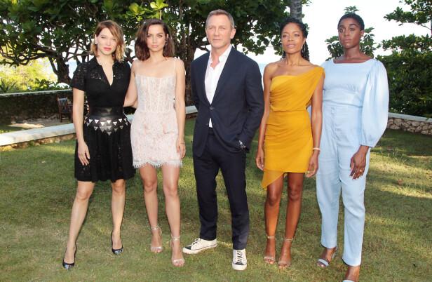 BOND 25: Daniel Craig med et utvalg av damene som spiller i den nye Bond-filmen som kommer i 2020. Fra venstre: Lea Seydoux, Ana de Armas, Daniel Craig, Naomie Harris og Lashana Lynch. FOTO: NTB Scanpix