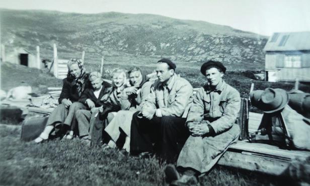 PÅ INGØY: Hjemme på gården Frydenstrand på Kuhelleren. Paula er nummer fire fra venstre. FOTO: Privat
