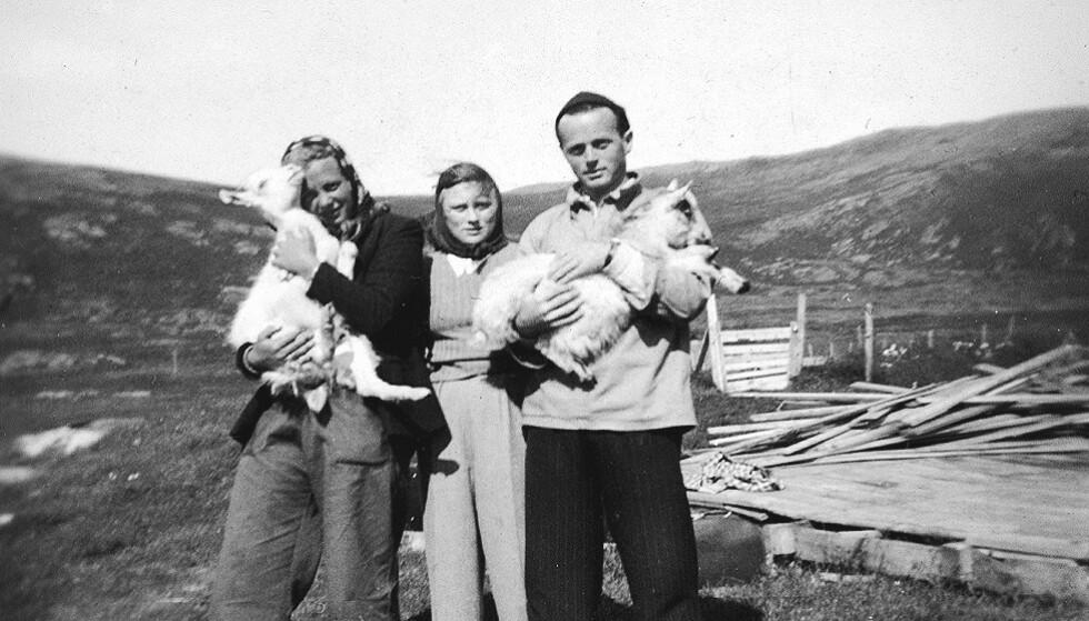 DYREHOLD: Folk var glad i husdyrene. Her ser vi Paula i midten, sammen med vennene og to av geitene på Kuhelleren. FOTO: Privat