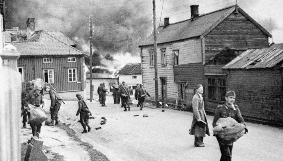 DEN BRENTE JORDS TAKTIKK: Finnmark under tysk okkupasjon. Her ser vi ødeleggelser i Vadsø i Finnmark høsten 1944. Tyskerne satte fyr på byen før de trakk seg tilbake. FOTO: NTB Scanpix