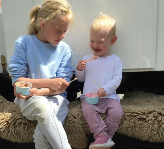 KOSESTUND: Celina og Linnea nyter hver sin is en sommerdag i Oslo. Foto: Privat
