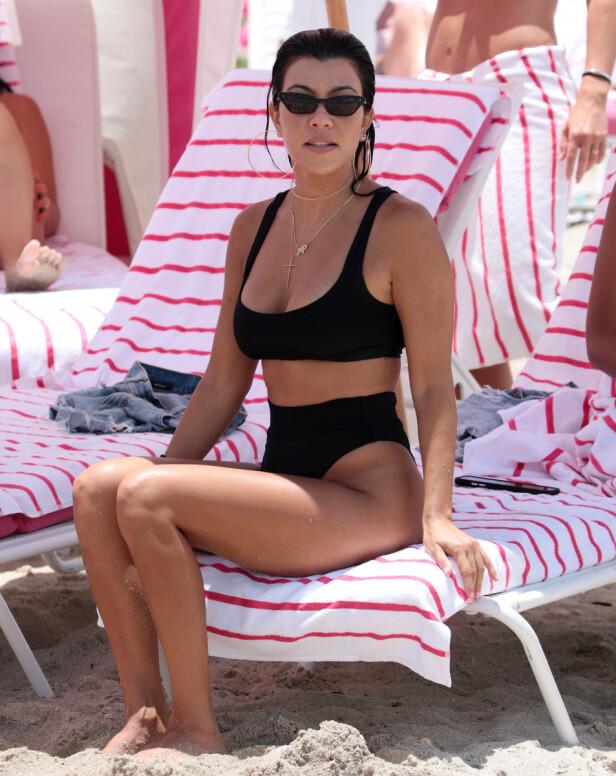 KOURTNEY KARDASHIAN: Den høye skjæringen på bikinitrusen er like relevant i 2019 som den var på 80-tallet. Foto: Scanpix