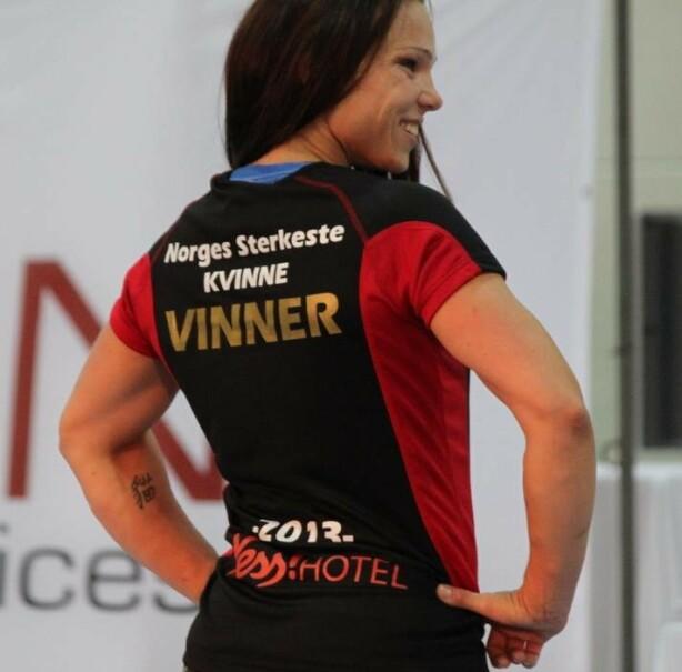 NORGES STERKESTE KVINNE: Ikke alle kan smykke seg med denne tittelen, men Janne har hentet hentet hjem trofeet flere ganger, her i 2013. Foto: Privat