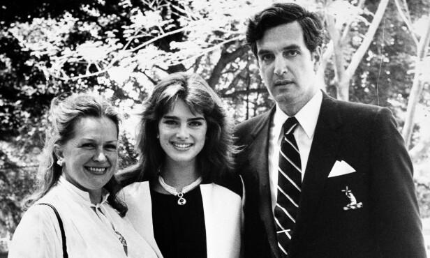 <strong>STUDENT:</strong> Brooke studerte språk på Princeton University, og er her på et sjeldent bilde sammen med både sin mor og sin far. FOTO: Scanpix