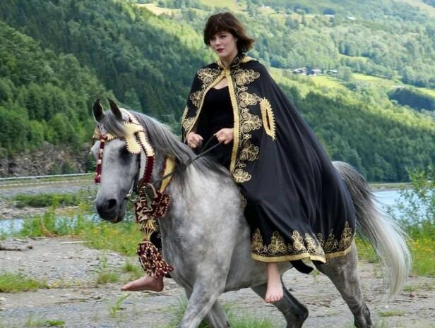 HESTEJENTE: – Ragnhild får ofte oppdrag med hest. (foto: Aurora van der Velpen )