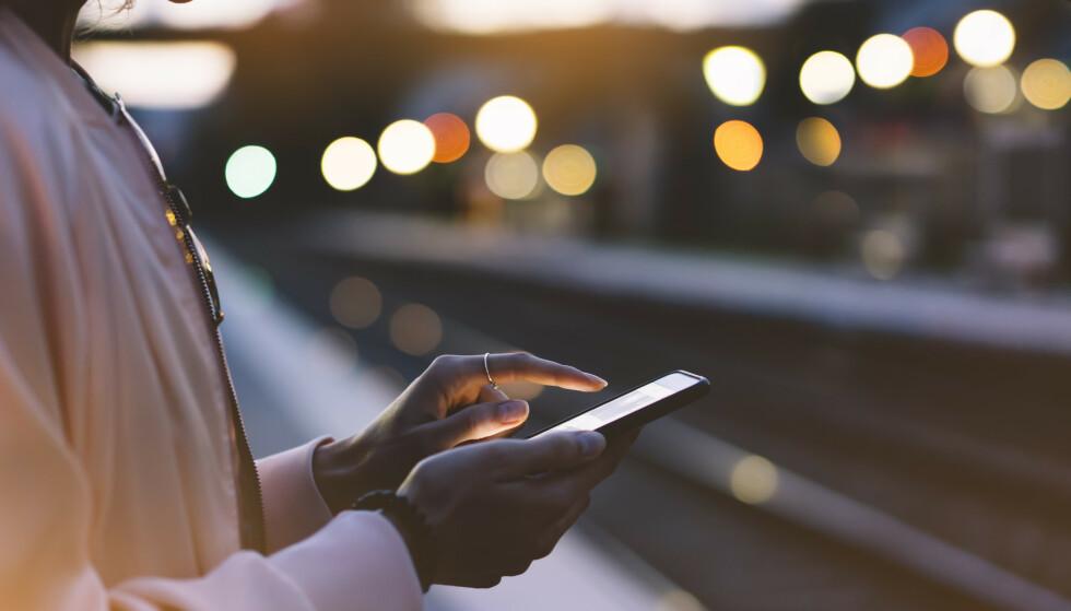 <strong>FINNE KJÆRLIGHETEN:</strong> – Vi lar oss forføre av sosiale medier som gir oss en falsk opplevelse av nærhet og tilknytning, mener psykolog Eva Hertz. ILLUSTRASJON: Rikke Bisgaard