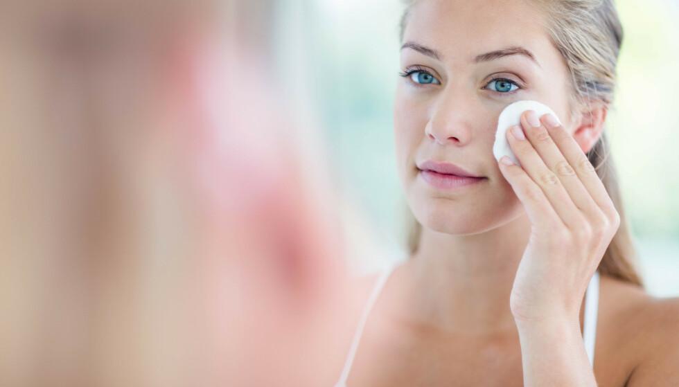 FJERNE SMINKE: Selv om sminkefjerningsservietter kan virke som det enkleste og kjappeste alternativet, kan det gjøre mer skade enn man tror. FOTO: NTB Scanpix