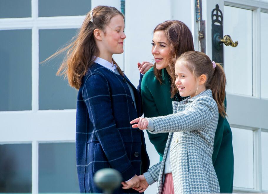 MED DØTRENE: Kronprinsesse Mary har tidligere åpnet opp om at hun synes det er sårt at barna aldri fikk møte mamma Etta. Dette bildet er tatt på Marselisborg palass i sommer. Her er Mary med døtrene prinsesse Josephine og prinsesse Isabella. FOTO: NTB Scanpix