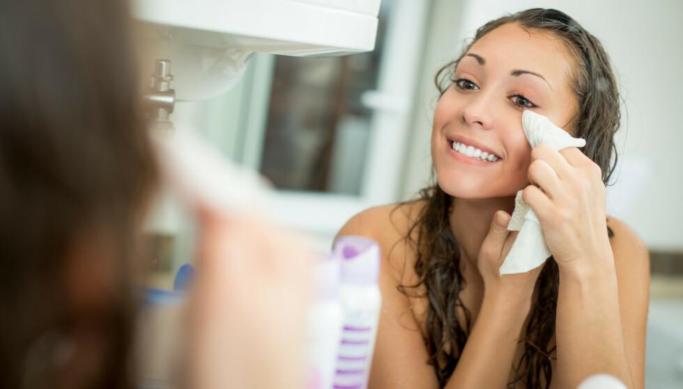 SMINKEFJERNINGSSERVIETT: Hvordan man skal fjerne sminken og hvilken kveldsrutine man bør ha er det mange teorier om. FOTO: NTB Scanpix