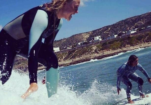 FRIHETSFØLELSE: Ingenting er som å surfe på en bølge! FOTO: Privat