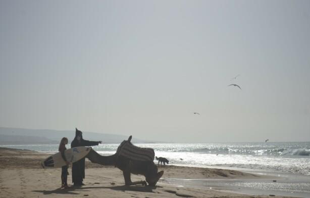 BRA START PÅ DAGEN: Tidlig morgensurf og en prat med en lokal mann og kamelen hans er en fin start på dagen før jobb. FOTO: Privat