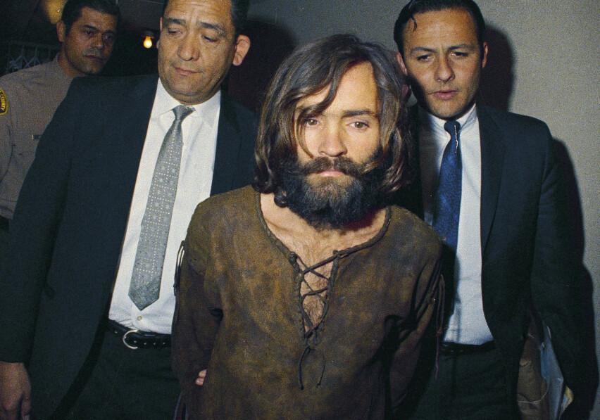 NOTORISK: Charles Manson på vei til høring – som omhandlet drapet på Hollywood-stjernen Sharon Tate og fire av vennene hennes – i 1969. FOTO: Scanpix