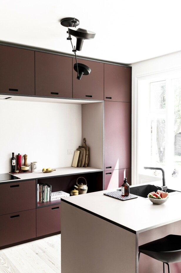 Burgundy og Powder heter de to fargene som er valgt på kjøkkenet. FOTO: Another Studio