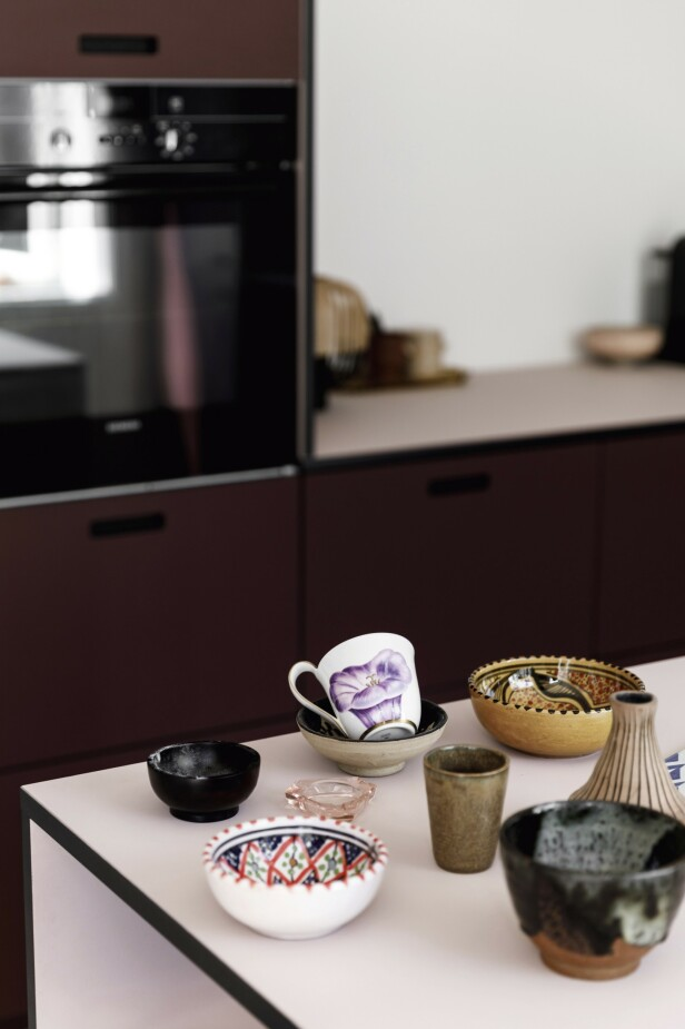 Pynten og detaljene på kjøkkenet er en god miks av funn på loppemarkeder, Royal Copenhagen og Studio Arhoj. Tips! Med stramt design på selve kjøkkenet kan detaljene godt være mer lekne og unike. FOTO: Another Studio
