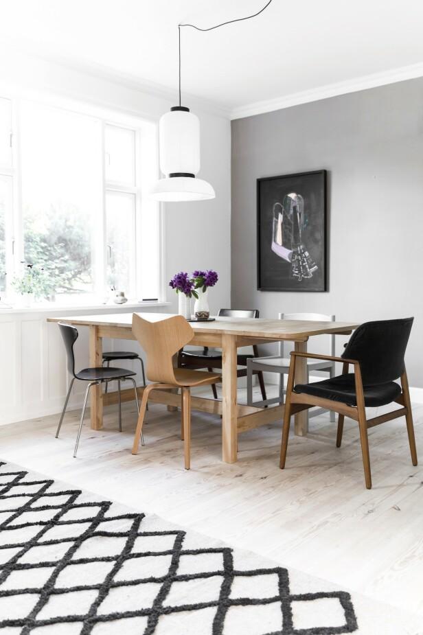 Rundt det gamle Ikeabordet står en blanding av nye og gamle stoler. Det store berberteppet har paret kjøpt i Marokko. Lampen er også fra Ikea. FOTO: Another Studio