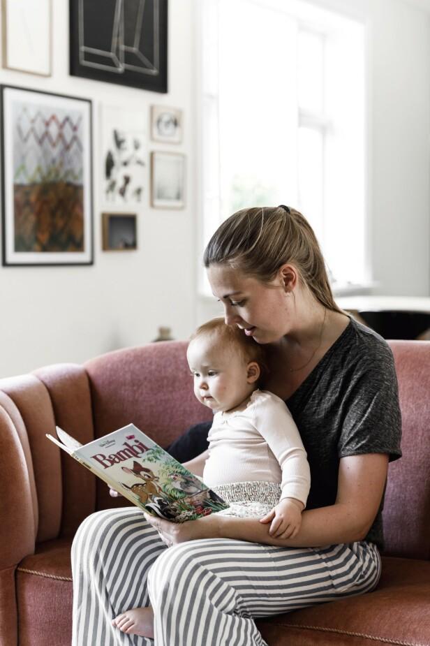 Ann-Sofie og datteren trives godt i den rosa, myke sofaen. FOTO: Another Studio