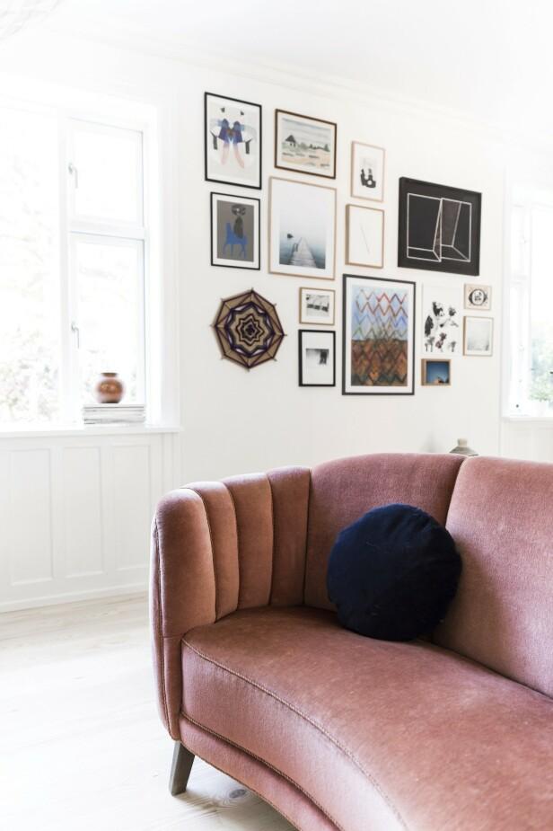Å samle kunst og bilder sammen er et av Ann-Sofies beste råd. Veggen mellom de to vinduene oppleves nå som er lite galleri der man kan gå på oppdagelsesferd blant bildene. FOTO: Another Studio