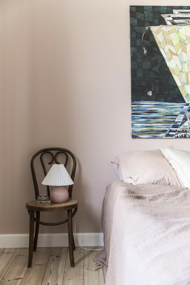 Soverommet er holdt ton i ton, med matchende vegger og sengetøy. Tips! Skap ro og balanse med samme farge på vegger og tekstiler. FOTO: Another Studio