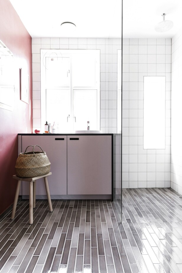 På badet har Ann-Sofie og Rolf valgt to typer fliser, én på veggene og én på gulvet. Selve skapene er fra Ikea, mens frontene er fra samme sted som kjøkkenfrontene, &Shufl. Tips! Miks fliser i forskjellige størrelser og farger for å skape spenning. FOTO: Another Studio