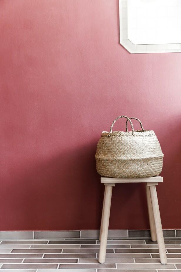 Den ene veggen er malt i fargen Red Mosquito fra Jotun x File Under Pop. Krakken er et designsamarbeid mellom Ikea og Hay. Tips! Mal en av veggene i en frisk farge som gir energi! FOTO: Another Studio