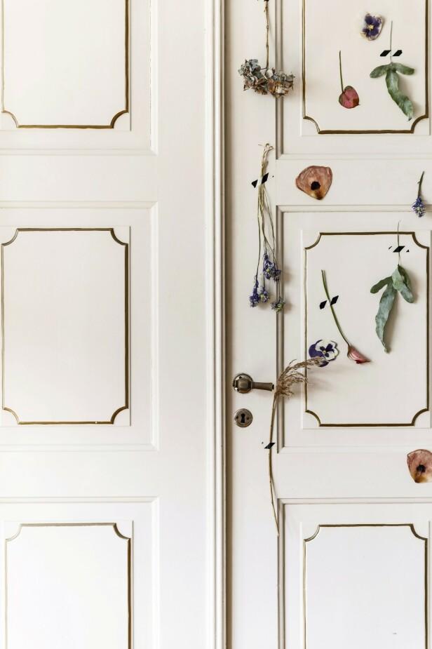 Heng opp tørkede stilker enkeltvis på en dør, en vegg eller et tomt lerret med teip, og få en veggdekorasjon som utstråler poesi. FOTO: Mikkel Dahlstrøm