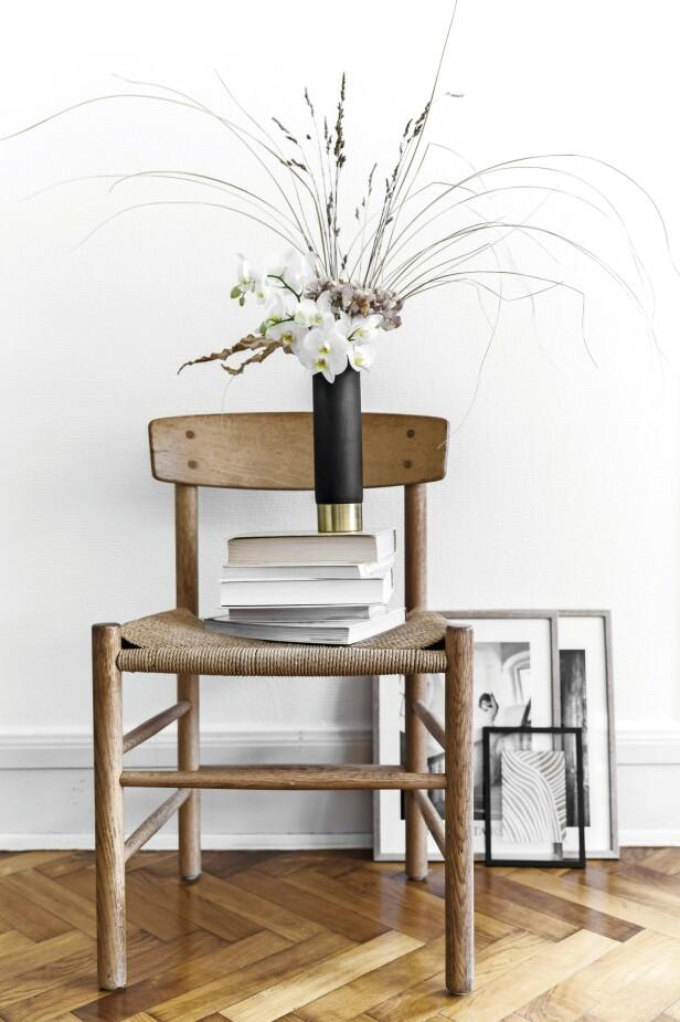 Utfordre den typiske måten å arrangere blomster på ved å blande tørkede blomster med friske. Vasen er fra House Doctor. Miks forskjellige blomstertyper, tørkede blader og pressede blomsterhoder – det gir et variert uttrykk. FOTO: Mikkel Dahlstrøm