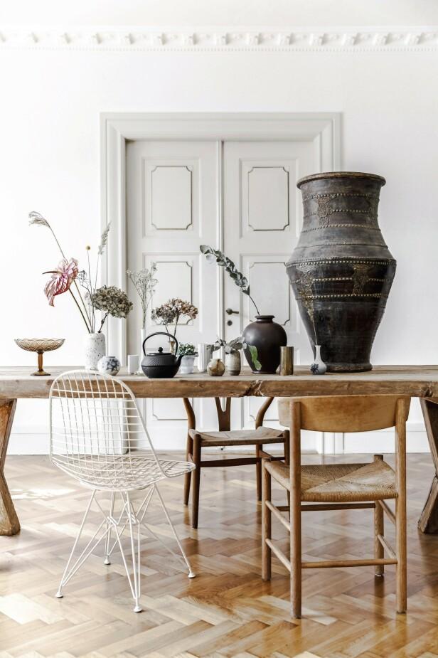 Plasser de tørkede blomstene i forskjellige vaser i stedet for å samle dem i én stor. Det gir et helt annet uttrykk og retter oppmerksomheten mot den enkelte blomst og dens skjønnhet. Den prikkete vasen er fra Studio Arhoj. De hvitriflede vasene er fra Lyngby Porcelæn, og den store, svarte krukken er fra Marché Central. De øvrige vasene er funn fra loppemarkeder. FOTO: Mikkel Dahlstrøm