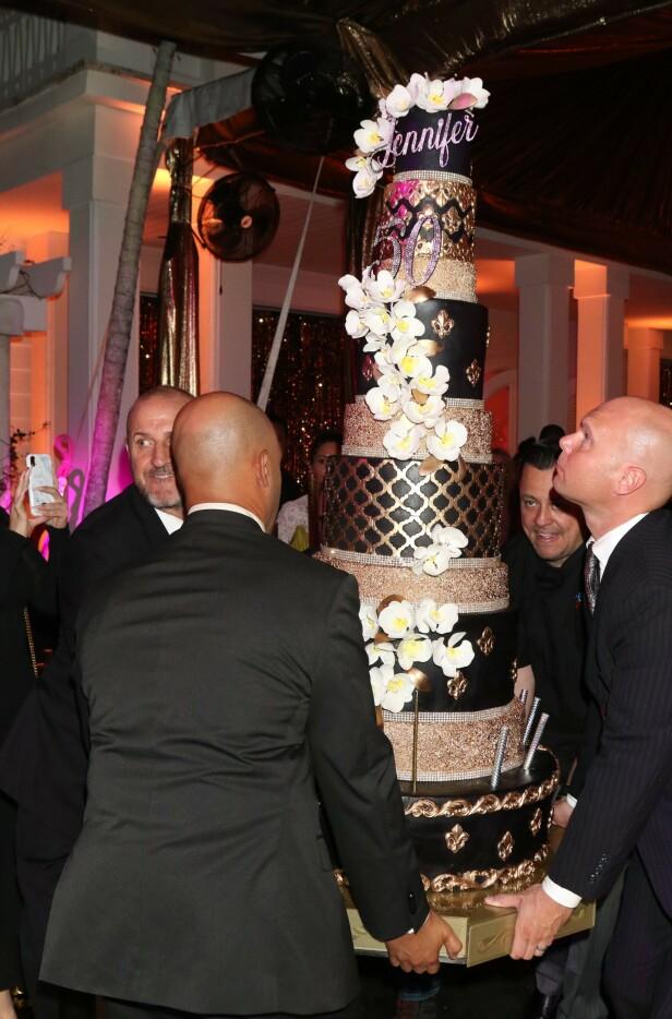 NOK TIL ALLE: Kaken på ti etasjer var gull og svart og utsmykket med blomster og bittesmå fyrverkeri. Foto: Scanpix