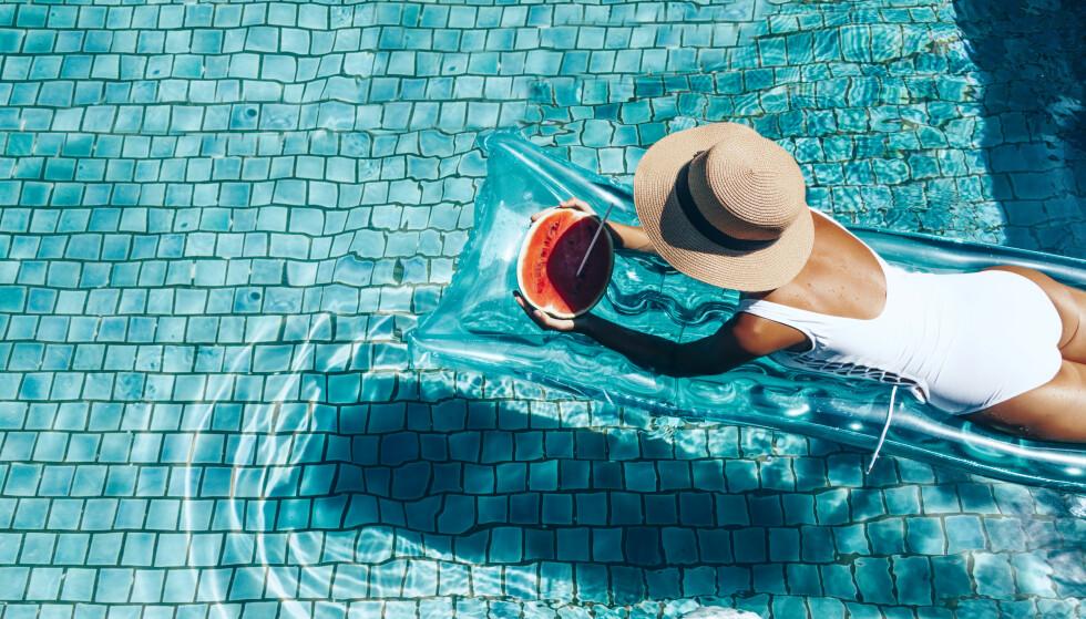 TENKER PÅ JOBBSTRESS: Det kan være vanskelig å la tanken jobben ligge selv om vi er på ferie. FOTO: NTB Scanpix
