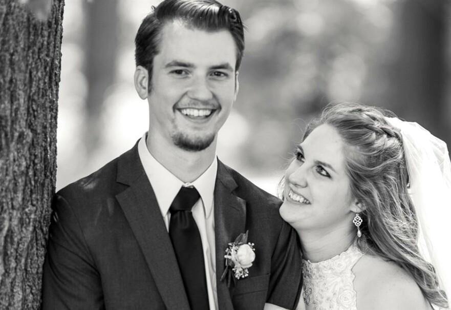 FRA BRYLLUP TIL BEGRAVELSE: Lørdag 27. juli giftet Dalton Cottrell og Cheyenne Cottrell, begge 22 år, seg i Kansas. Fem dager senere døde brudgommen som følge av en drukningsulykke i Florida, mens paret var på bryllupsreise. FOTO: Gofundme.com