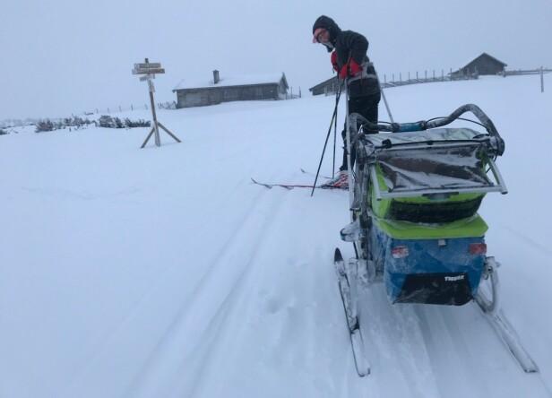 AKTIVE FORELDRE: Både Heidi Ruud Ellingsen og samboeren Mads Ousdal er aktive friluftsforeldre, og legger gjerne ut på tur med barna, sommer som vinter. Her fra en skitur med sønnen Abel. FOTO: Privat