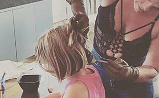 Pink med stikk til mammapolitiet som kritiserer at barna farger håret