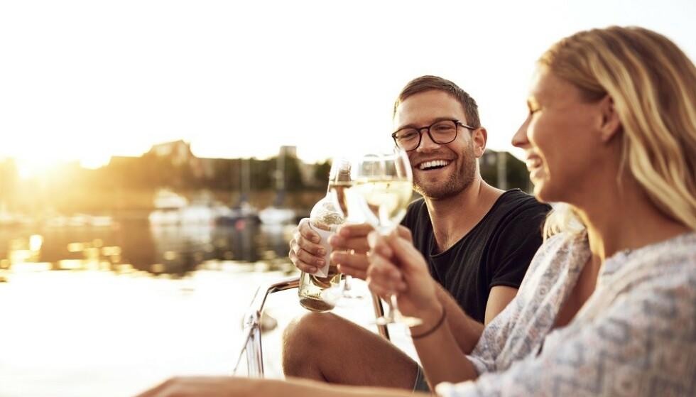 ALKOHOL: Mange av oss drikker mer alkohol i ferien. FOTO: Shutterstock