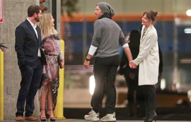 SAMMEN IGJEN?: Chris Martin og Dakota Johnson fant lykken i januar 2018. De har vært i et «av-og-på»-forhold siden den gang, men skal visstnok ha funnet tilbake til hverandre i sommer. Dette bildet er tatt i februar 2018. Skuespiller Drew Barrymore til venstre. FOTO: NTB Scanpix